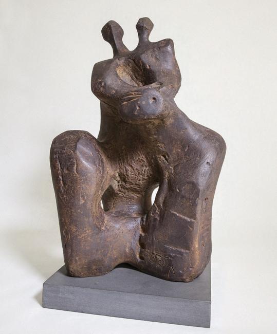 Mujer con niño mirando con temor al cielo. Jorge Oteiza, Fundición en bronce, 1949 — Cortesía de la Galería Guillermo de Osma