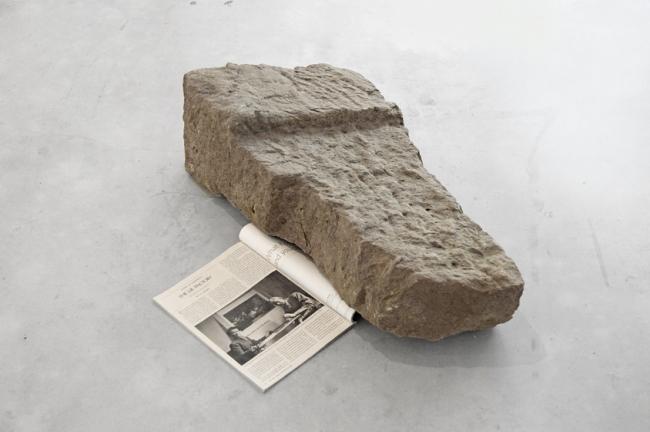 Javier Arce, Keep politics out of this picture 1 2013. Material de derribo de mi cabanña piedra y revista The New Yorker. 23x70x40 cm. – Cortesía de Barcelona Gallery Weekend