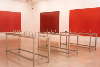 Darío Corbeira, 3 (5, 7, 11) 7 (31, 37, 41, 43, 47, 53, 59), 1995-96. Instalación. Dimensiones de ubicación específica. Cortesía del artista © VEGAP, 2015-16