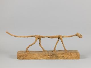 Alberto Giacometti, El gato (Le Chat), 1951. Yeso pintado, 32,8x81,3x13,5 cm. Fondation Giacometti, París © Alberto Giacometti Estate, VEGAP, Bilbao, 2017 – Cortesía del Museo Guggenheim Bilbao