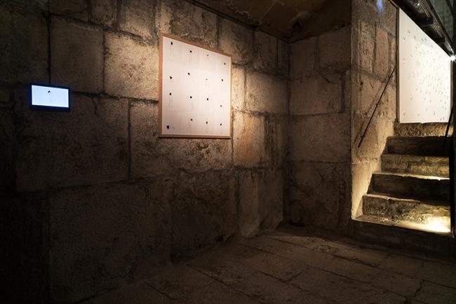 capucha y vídeo | Ir al evento: 'La oscuridad (la foscor)'. Exposición de Escultura, Video arte en Casal Solleric / Palma, Baleares, España