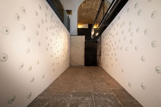 Pezones y Lágrimas | Ir al evento: 'La oscuridad (la foscor)'. Exposición de Escultura, Video arte en Casal Solleric / Palma, Baleares, España