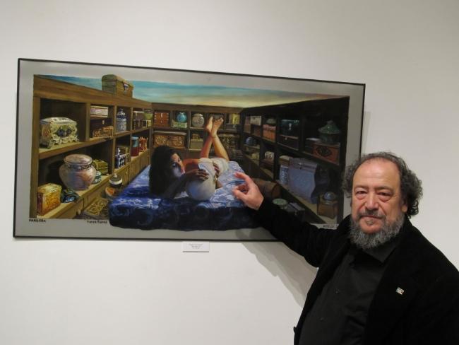 J. Méndez ante una de sus obras – Cortesía de Casa de Galicia