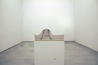 Enrico Castellani, Spartito, 1969-2004. Hojas de papel sobre madera, 35x100x35 cm. – Cortesía de la Galería Cayón