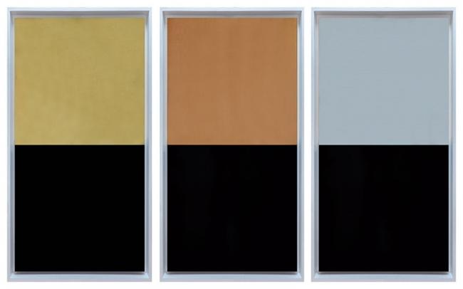 Edwin Monsalve Tríptico de la Serie Geodesia, 2017 Laminilla de oro, cobre, plata y petróleo con carbon mineral sobre tela 180 cm x 90 x 4 cm c/u sin marco, 190 x 100 x 8.5 cm c/u con marco. Cortesía del artista