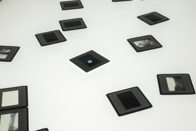 Rosell Meseguer, Visibilizar el pasado, 201-2015. Mesa de luz y diapositivas de archivo. 90x170x70cm. [detalle] – Cortesía de la Galería Juan Silió