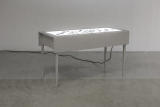 Rosell Meseguer, Visibilizar el pasado, 201-2015. Mesa de luz y diapositivas de archivo. 90x170x70cm. – Cortesía de la Galería Juan Silió
