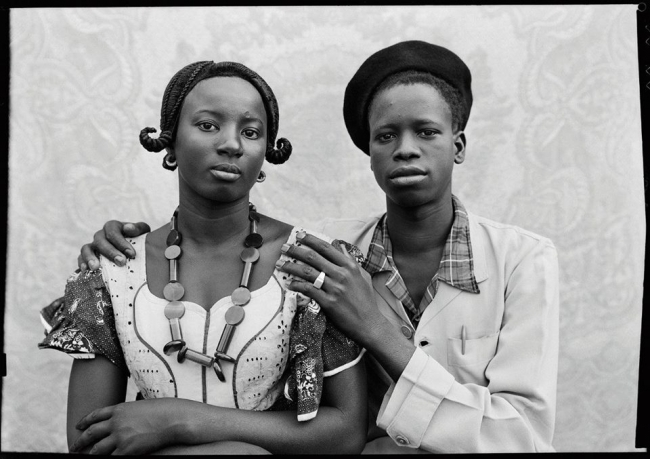 Imagem: Bamako (Mali), entre 1948 e 1963. Foto de Seydou Keïta/ Contemporary African Collection (CAAC) - The Pigozzi Collection