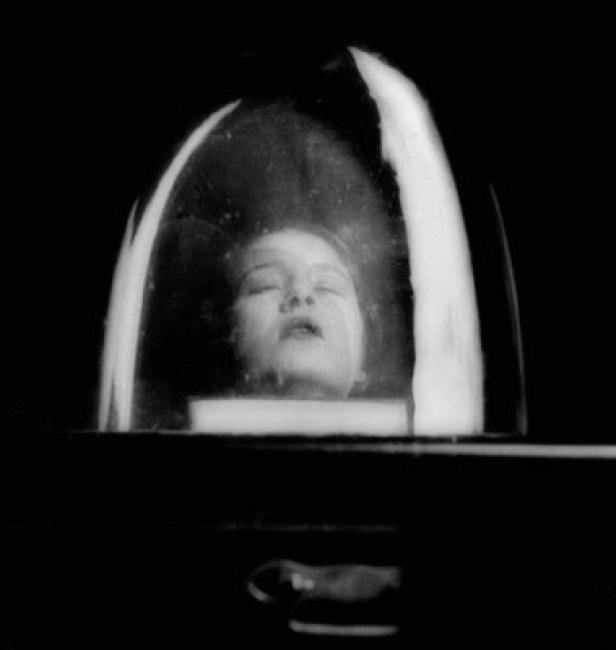Lee Miller, Tanja Ramm bajo una campana de cristal, 1930. Gelatina de bromuro de plata (reimpresión) 17,7x14,7 cm. Lee Miller Archives © Lee Miller Archives, Inglaterra 2017. Todos los derechos reservados. leemiller.co.uk – Cortesía Museo Picasso Málaga