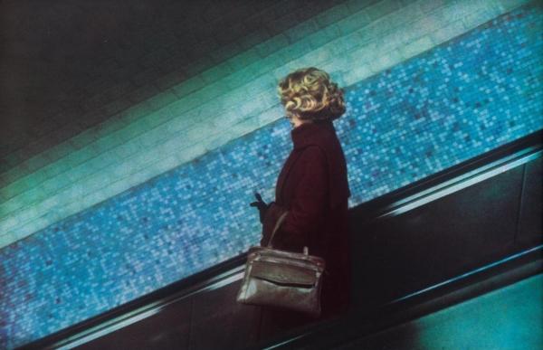 Dolorès Marat, La femme au sac à main, Charles-de- Gaulle-Étoile, 1987 © Dolorès Marat - Collection  Maison Européenne de la Photographie, Paris.