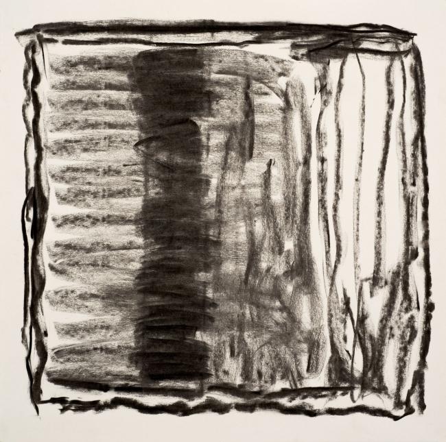Pedro Calapez, Variações num quadrado 18, 2018, carvão sobre papel | 60 x 60 cm., série Variações num quadrado – Cortesía de Galeria João Esteves de Oliveira
