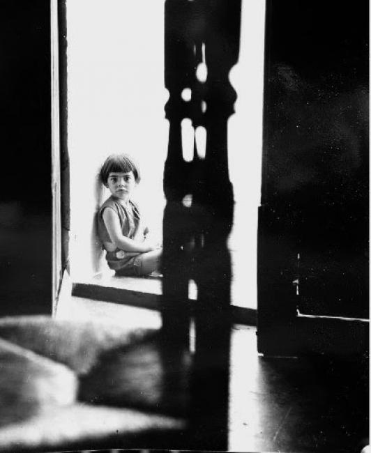 © Gabriel Cualladó. Niña de pelo corto en portal de Massanasa, 1956 – Cortesía de la Galería Blanca Berlín | Ir al evento: 'Constelaciones AFAL'. Exposición de Fotografía en Blanca Berlín Galería / Madrid, España