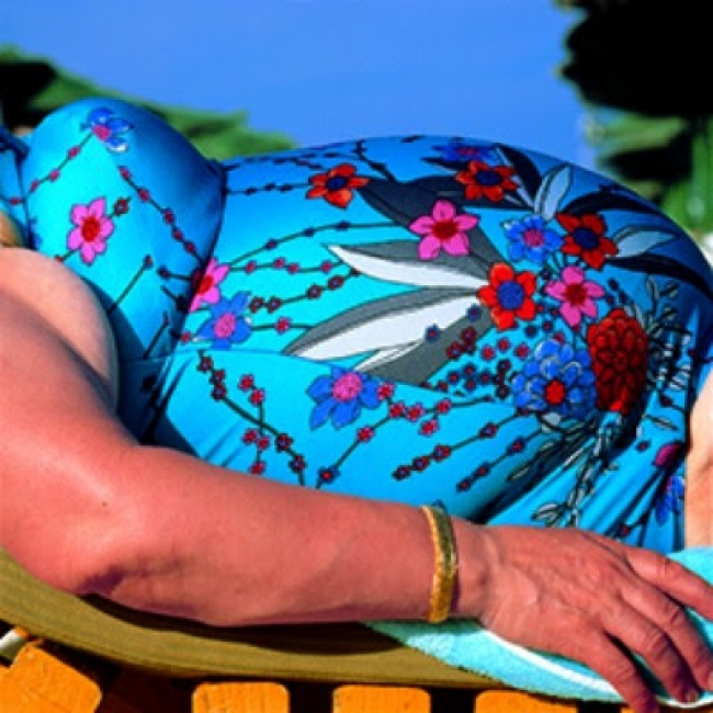 © Carlos Pérez Siquier. Mariquita. Roquetas de Mar, Almería, España, 1975-1980 – Cortesía de la Galería Blanca Berlín | Ir al evento: 'Constelaciones AFAL'. Exposición de Fotografía en Blanca Berlín Galería / Madrid, España