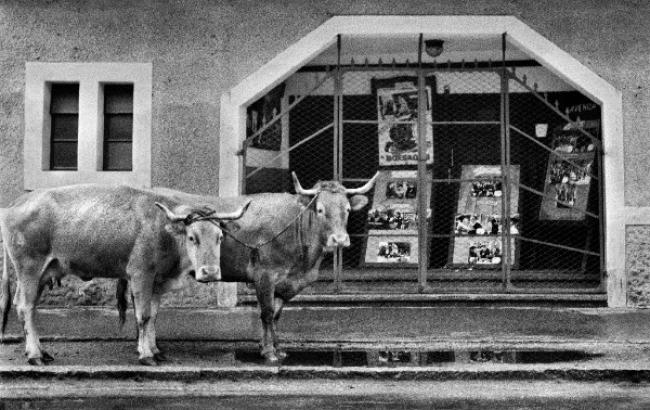 © Ricard Terré. La puerta del cine, Galicia, 1956 – Cortesía de la Galería Blanca Berlín | Ir al evento: 'Constelaciones AFAL'. Exposición de Fotografía en Blanca Berlín Galería / Madrid, España