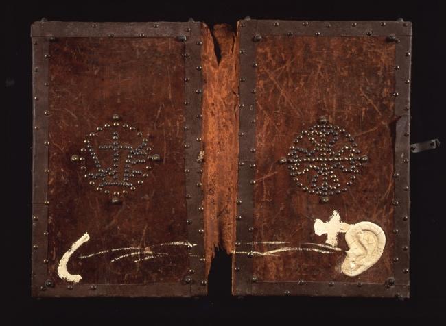 Antoni Tàpies, Cubiertas de libro, 1987. Pintura sobre cubiertas antiguas de libro, 60x78,5 cm. Colección particular, Barcelona © Herederos de Antoni Tàpies / Vegap, Madrid – Cortesía del CCCB