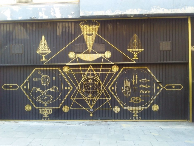 'LeonKa «Creatio: Lux, Crux. Puerta de la asociación cultural Màgia Roja.» Barcelona, 2015' – Cortesía del CCCB