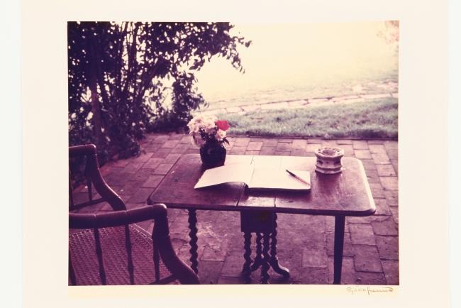 """Gisèle Freund, """"Virginia Woolf's working table, Sussex"""", 1965. Copia cromogénica, 23,9x30 cm., Colección Museo Nacional de Bellas Artes — Cortesía del MNBA"""
