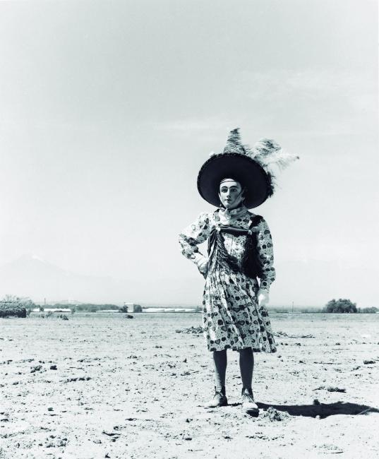"""Graciela Iturbide, """"Carnaval"""", 1974. Copia al gelatino bromuro de plata, 22x18 cm., Colección Museo Nacional de Bellas Artes — Cortesía del MNBA"""