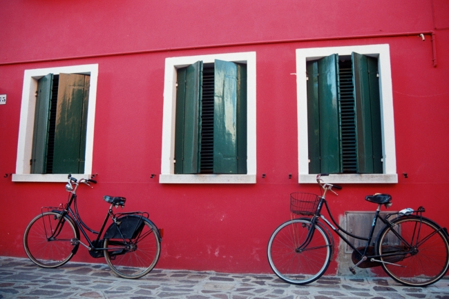 Bicis en Burano 40 x 30 cm Fotografía en papel lustre de alta calidad