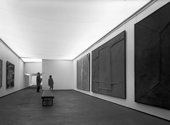 Documenta III, Kassel, 1964. A la dreta, obres d'Antoni Tàpies – Cortesía de la Fundació Antoni Tàpies