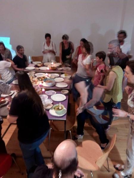 durante la cena en el museo.27 julio 2017 | Ir al evento: 'VYKORT'. Exposición de Arte urbano, Artesania, Video arte en Centro de Cultura Antiguo Instituto de Gijón (CCAI) / Gijón, Asturias, España