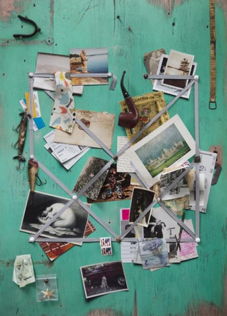 Vik Muniz  Handmade: Letter rack (Acqua and grey ribbon), 2017  técnica mista sobre impressão inkjet em papel archival  76,2 x 55,88 cm. Cortesía de Nara Roesler