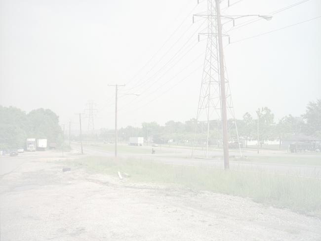Wheelchair crossing highway, Richmond, 2002. De la serie American Night (#4). Impresión láser cromogénica montada sobre Plexiglás, 189,2x241,3x7,6 cm. © Paul Graham. Cortesía Pace/MacGill Gallery, Carlier Gebauer, Anthony Reynolds Gallery