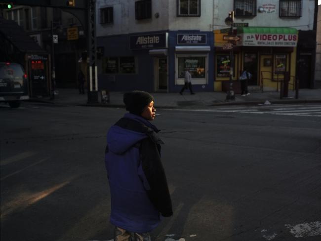 Woman with golden face, New York, 2000. De la serie American Night (#40). Impresión láser cromogénica montada sobre Plexiglás. 189,2x241,3x7,6 cm. © Paul Graham. Cortesía Pace/MacGill Gallery, Carlier Gebauer, Anthony Reynolds Gallery