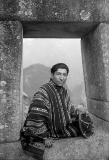 Martín Chambi Jiménez, Autorretrato en portada Inca, Machu Picchu, 1934. Imágenes cortesía de: Col. Martín Chambi. Archivo Fotográfico