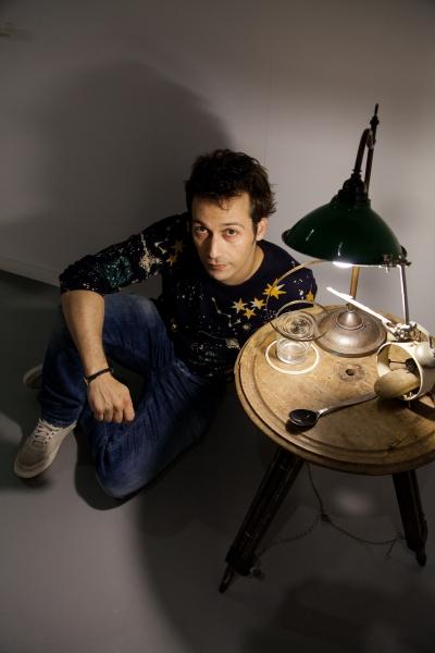 Rubén Ramos Balsa junto a su obra