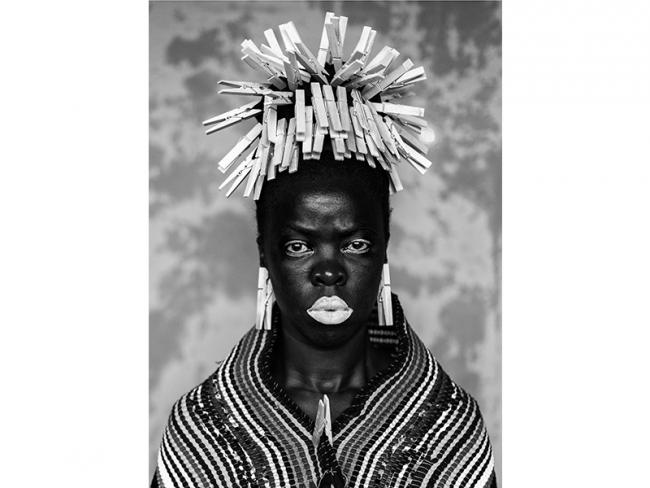 SOMNYAMA NGONYAMA [SALVE! OSCURA LEONA] | Ir al evento: 'Somnyama Ngonyama [Salve! oscura leona]'. Exposición de Fotografía en Museo de Arte Moderno de Buenos Aires - MAMBA / Buenos Aires, Argentina