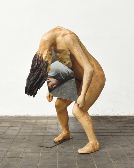 Francisco Leiro, Foto personal con Narcisa – Cortesía de la galería Marlborough Barcelona | Ir al evento: 'Lo humano'. Exposición de Escultura en Marlborough Barcelona / Barcelona, España