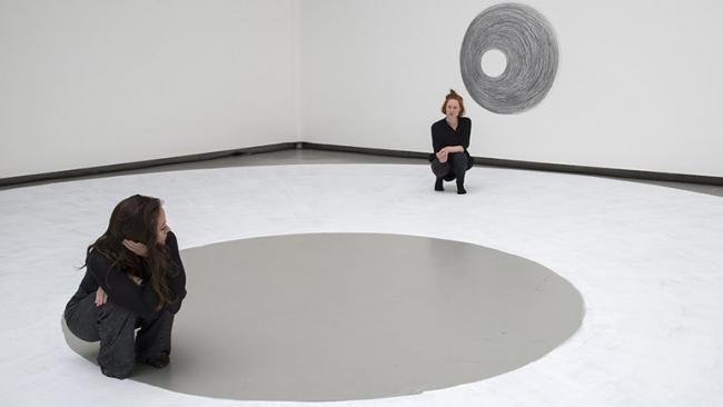 Dora García, Two Planets, 2017. Performance y dibujo © Dora García, fotografía de Clémence Bellisson e Isabelle Arthuis – Cortesía del Museo Nacional Centro de Arte Reina Sofía