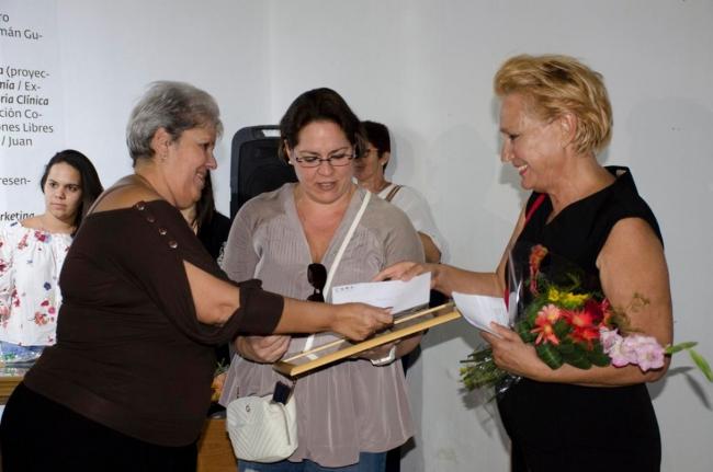 Entrega del Premio a Concha Fontenla (dcha.) y Meira Marrero (centro). Cortesía de Factoría Habana