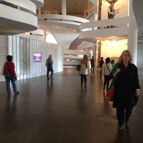 Vista panorámica acceso a planta baja pabellón Niemeyer Bienal de Sao Paulo Cortesía Paco Barragán