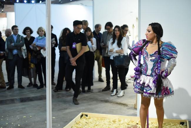 Performance en la sección Barrio Joven. Cortesía de arteBA | arteBA 2018 incorpora espacios jóvenes y arte performático