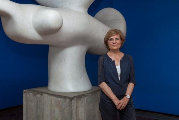 Rosa Maria Malet, ante la escultura de Joan MiróPájaro solar(1968). Cortesía de la Fundació Joan Miró | La Fundació Joan Miró convoca concurso internacional de dirección para relevar a Rosa María Malet