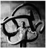 Eduardo Chillida con Homenaje a Calder en el Taller Larrañaga en Lezo, 1979 ©Zabalaga-Leku. ARS, New York / VEGAP, Madrid 2017 Cortesía Estate de Eduardo Chillida y Hauser & Wirth