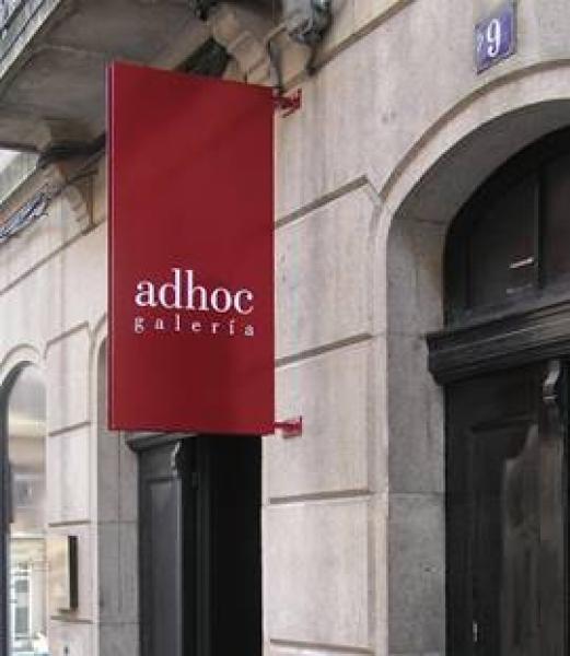 Adhoc, en Vigo, ha cesado por el momento su actividad expositiva | Cierres y reinvenciones en el sector galerístico iberoamericano en 2016