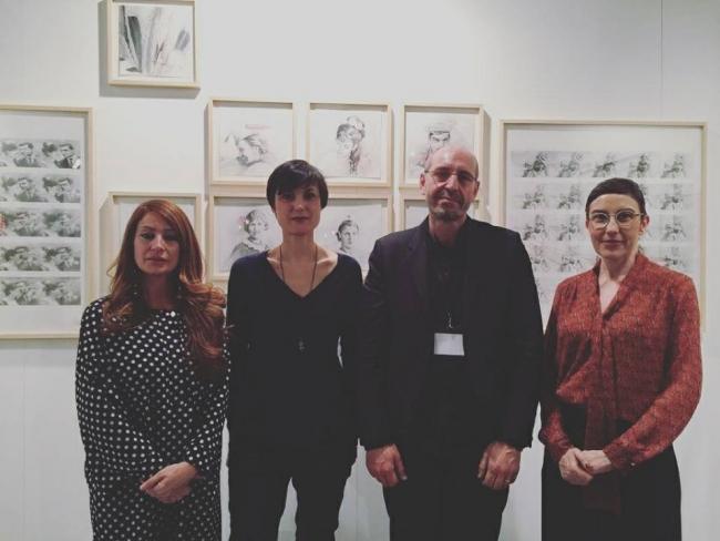 La artista Sandra Kraser y el galerista Jean Louis Ramand (ambos en el centro), que han recibido el Premio SetUp Contemporary en Drawing Room. Cortesía de la feria. | Artistas premiados en Drawing Room, JUSTMAD, Art Madrid, Urvanity, Hybrid y Flecha