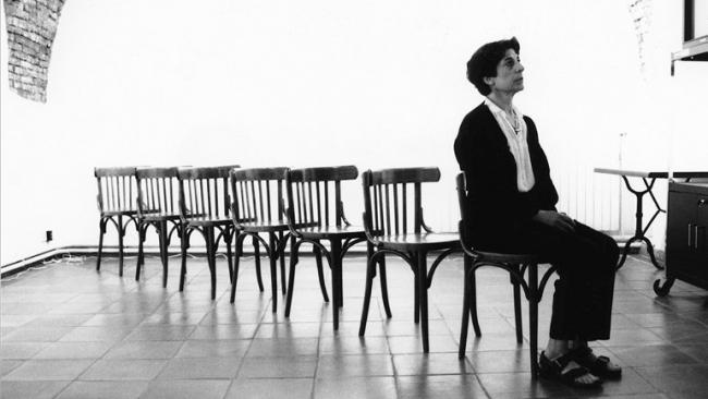Esther Ferrer, Canon para siete sillas. Performance, 1990. Cortesía del Museo Reina Sofía