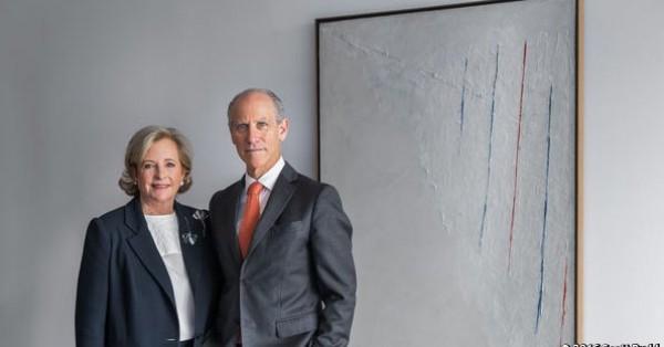 La coleccionista Patricia Phelps de Cisneros y Glenn D. Lowry, director del MoMA, posan delante de una obra de Alejandro Otero