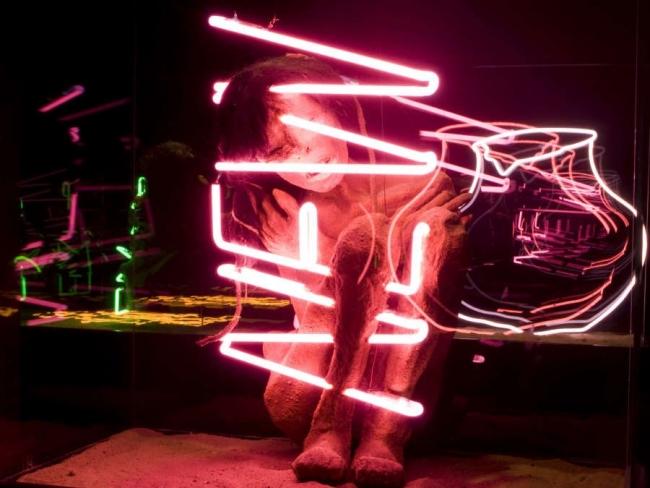 Máximo Corvalán-Pincheira, TLC pieza NEW, 2005, instalación de escultura con neón sobre caja y vidrio, medidas variables. Foto: Fernando Mendoza. Cortesía de D21 | 9 exposiciones en Chile: Centro Cultural Lo Barnechea muestra la colección de Pedro Montes
