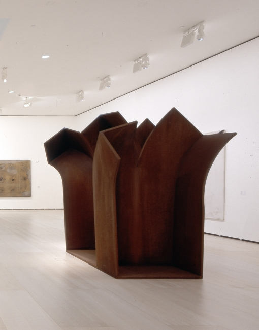 Eduardo Chillida  Consejo al espacio V, 1993 Acero 305 x 143 x 207 cm Guggenheim Bilbao Museoa   Foto: Erika Barahona Ede © FMGB Guggenheim Bilbao Museoa. Cortesía del Guggenheim