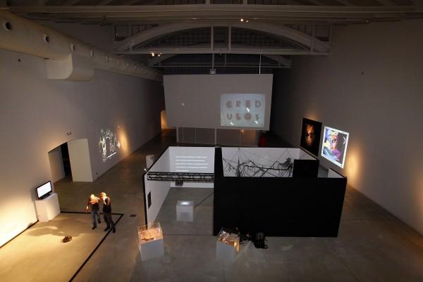 Vista de la sala 1 de la exposición Banquete (2008), comisariada por Luis Rico y Karin Ochlenschläger | A la espera del like: ¿Qué ha acontecido en España con la creación e investigación artística a partir de internet?