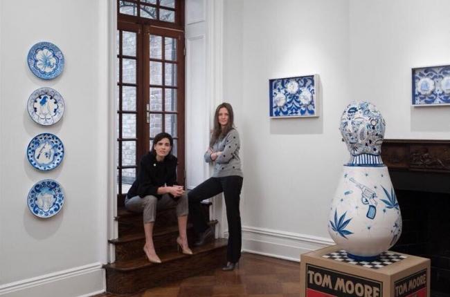 Alexandra García Waldman posa sentada en medio de la muestra inaugural. Cortesía de Páramo | Páramo abre filial en Nueva York y residencia en Ciudad de México