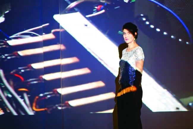 María Wills Londoño. Projection : Gilberto Esparza. Photo : Paloma Villamil / Fucsia. Cortesía de MOMENTA. | María Wills Londoño estará al frente de MOMENTA 2019