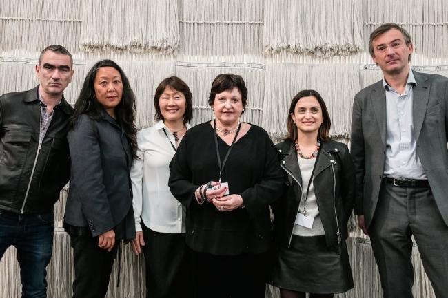 Luisa Strina (tercera por la drcha.) posando con los miembros del jurado. Cortesía de Frieze | Londres premia al galerismo brasileño, avalando su pujante internacionalización