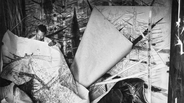 Wifredo Lam ante una de sus obras de la serie Brousses en su taller de Albissola, 1963. Cortesía del Reina Sofía de Madrid