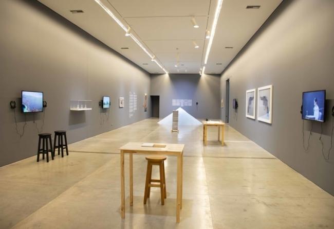 Vista de la exposición 'Al Dictado. Arte y conflicto en Centroamérica'. Cortesía del MAMM | 9 exposiciones en Colombia: museos y galerías apuestan por artistas latinoamericanos